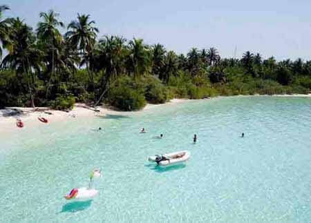 Chilling-out-at-the-Maldive-Luxury-Beach-Elysia-Charters-Maldives-Holiday-Package_mob